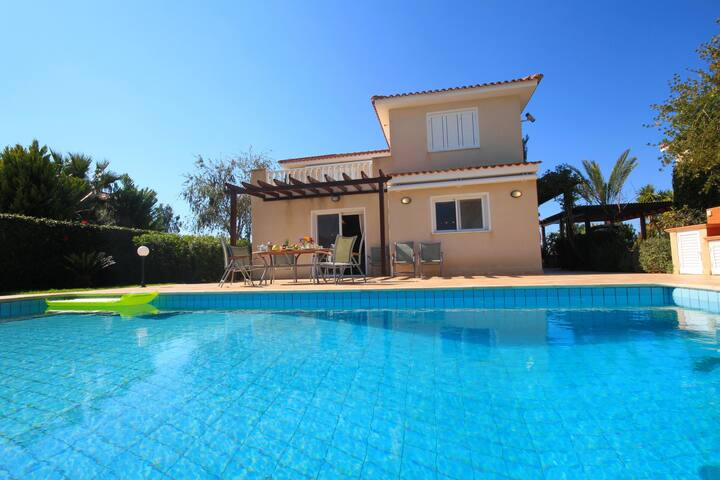 4 Bdr villa in Coral Bay next to the beach