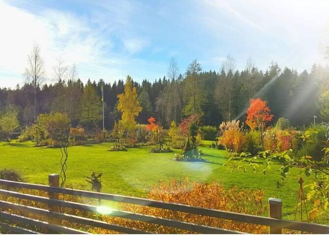 Stor vacker trädgård som ger en omfamnad inbjudan av harmoni.  Large beautiful garden which gives an embraced invitation of harmony.  Skicka feedback