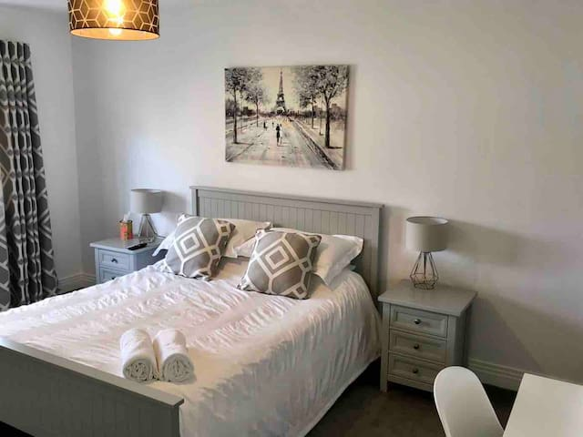 King Bed with ensuite & Parking - Larbert