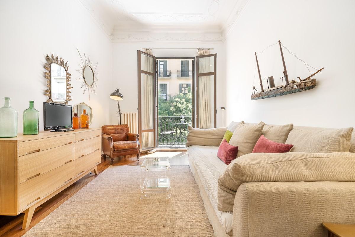 Estética clásica y piezas de diseño en un céntrico piso barcelonés