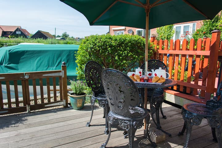 Quayside Cottage | Riverside location with mooring