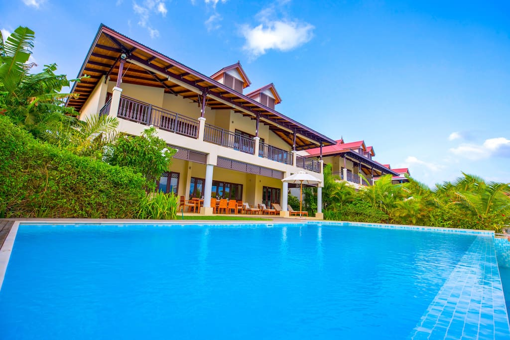 View from the private Swimming Pool to the ocean and the characteristic Seychelles mountains. Bathroom and separated Toilette in every Bedroom. AC in all the area. Stable WiFi included. Golf Cart included. 24/7 Eden Island security included.