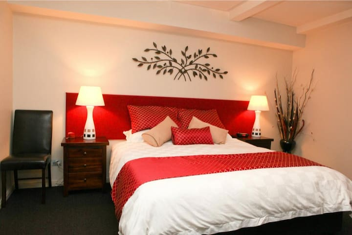 king bedroom with ensuite can be split as a twin