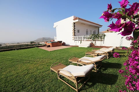 Beautiful Villa with garden, jacuzzi and sea views