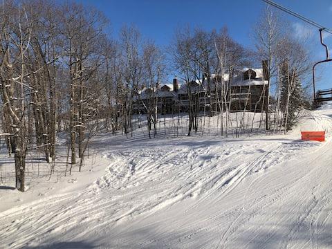 Ski In/Out 2B/2B Condo w/ Hot Tub & Pool Access!