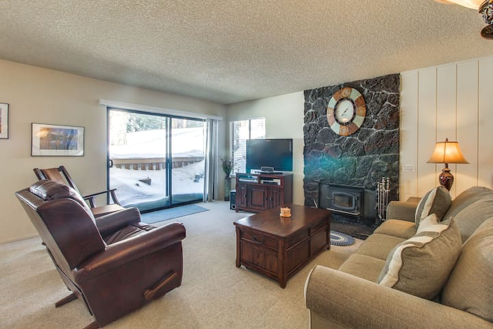 Ski in winter or golf in summer from this condo w/ shared pools, hot tub & more!