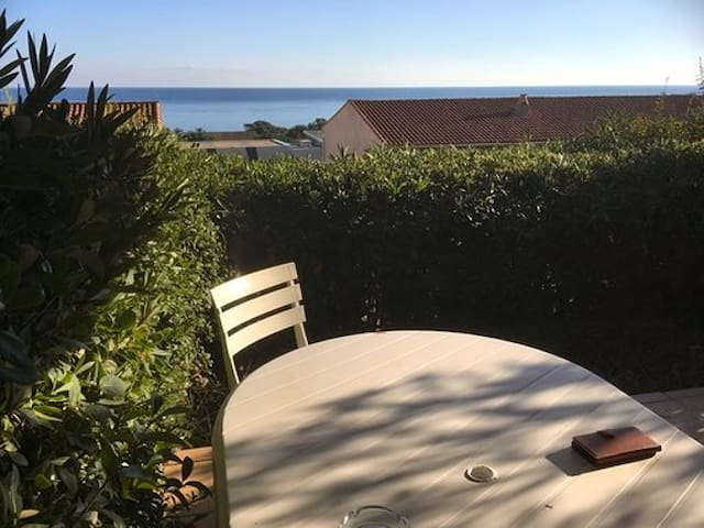 Studio avec grande terrasse et vue mer magnifique