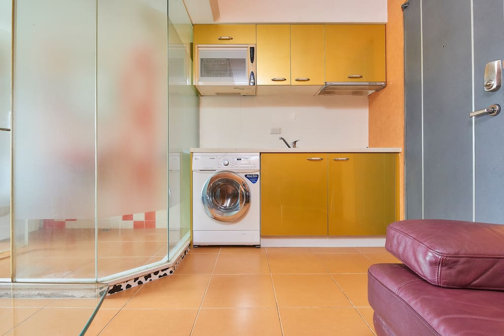 廚房和個人洗脫烘洗衣機 Kitchen and Private washing and drying machine *廚房(目前僅提供簡單的餐具、刀子一把及一副手把鍋子) *If you want to use the kitchen to cook, please inform us when booking