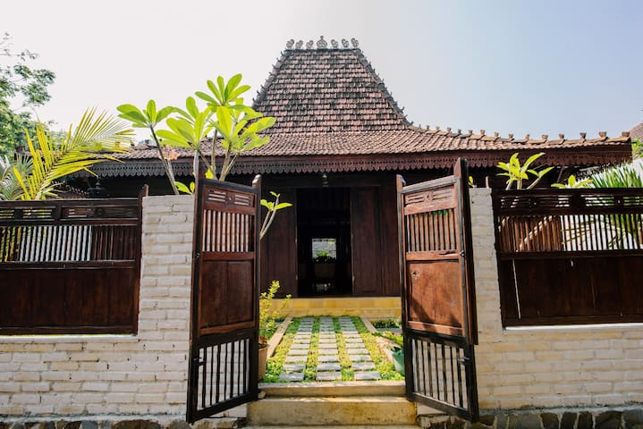 Joglo House in Central Bogor @penggemarlawas