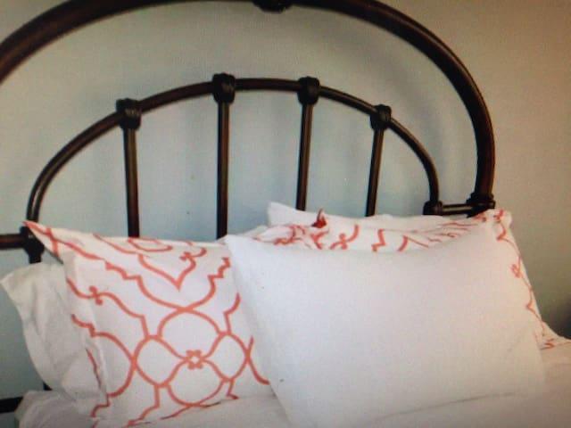Grosvenor Place room - Sitio Burol,San Juan - Bed & Breakfast
