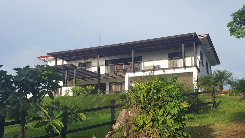Casa Katalena-Beautiful & Peaceful Lakefront Home