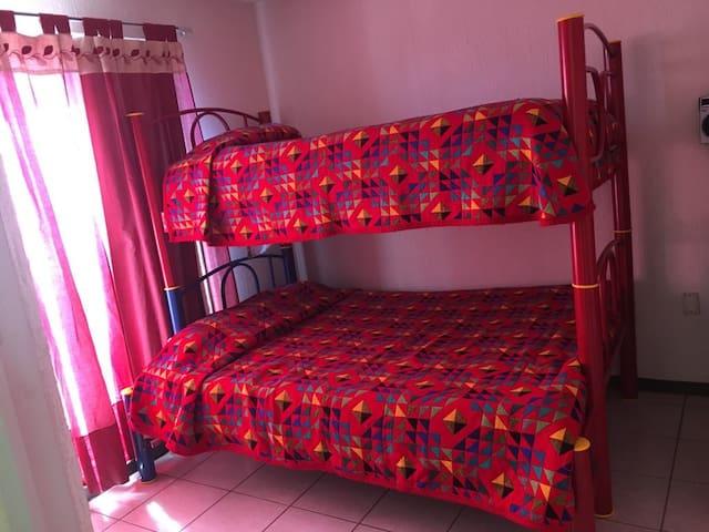 La habitación cuenta con litera con cama individual en el parte de abajo e individual en la parte superior, ambas con colchones muy cómodos.