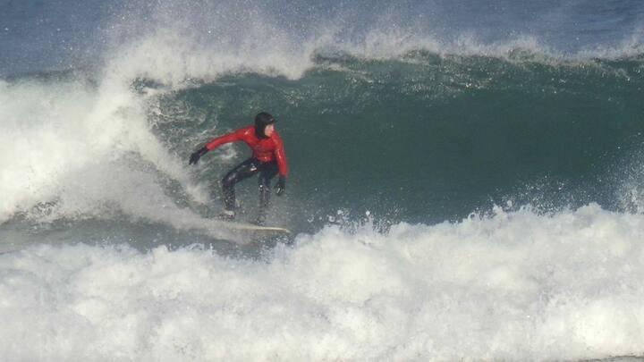 viajero cogiendo ola potente