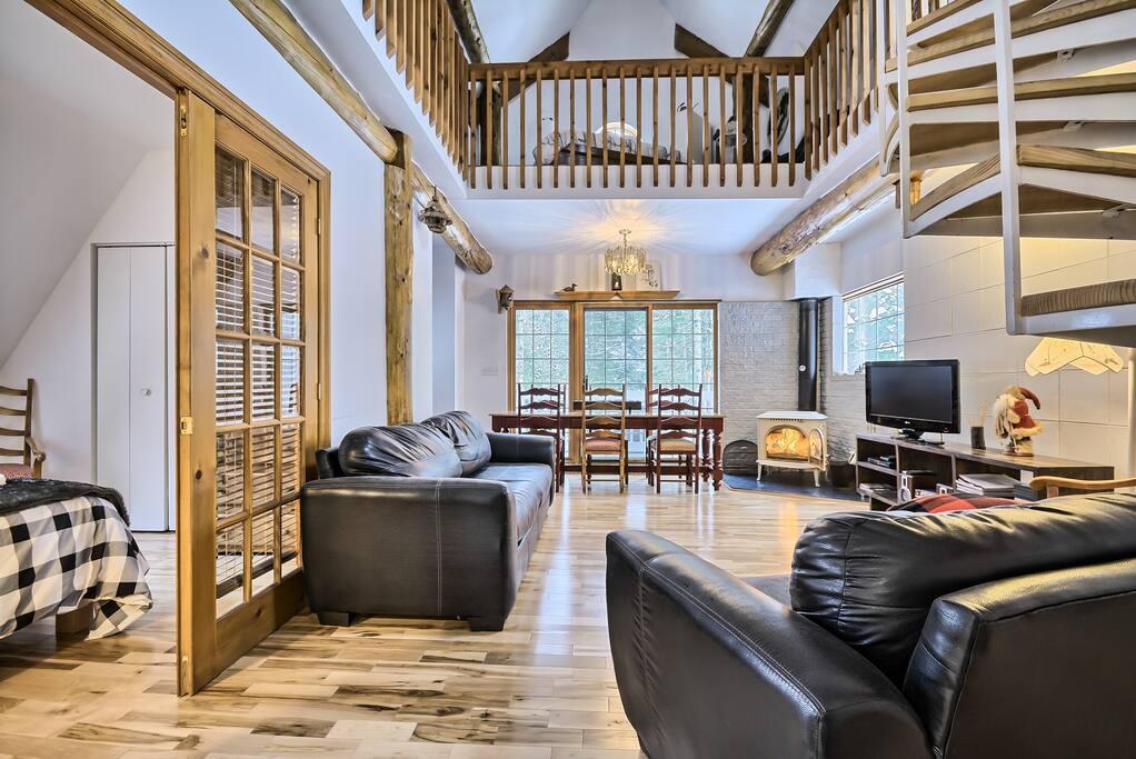 Nouveau décor du Hibou ( salon, salle manger, mezzanine, chambre fermée, foyer, escalier en colimaçon ...)