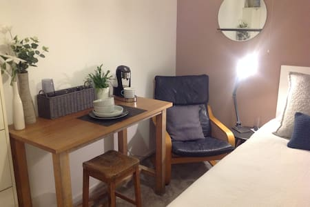 Single Room with Work Space, 10 Mins to Newmarket