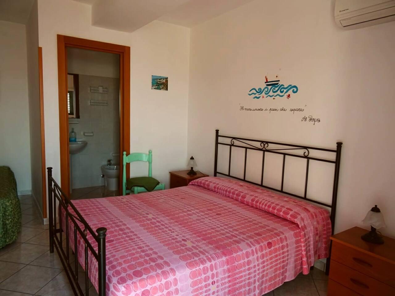 Camera da letto con letto matrimoniale, un letto singolo, bagno privato
