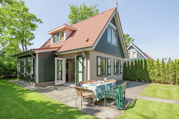Attractive Holiday Home in Zonnemaire by the Lake