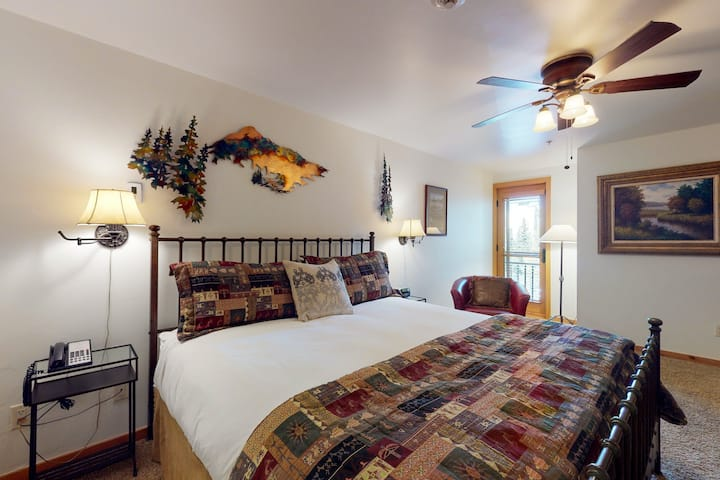 Ski-in/out Lionshead Village studio w/ fast WiFi & shared pool/hot tubs/laundry!