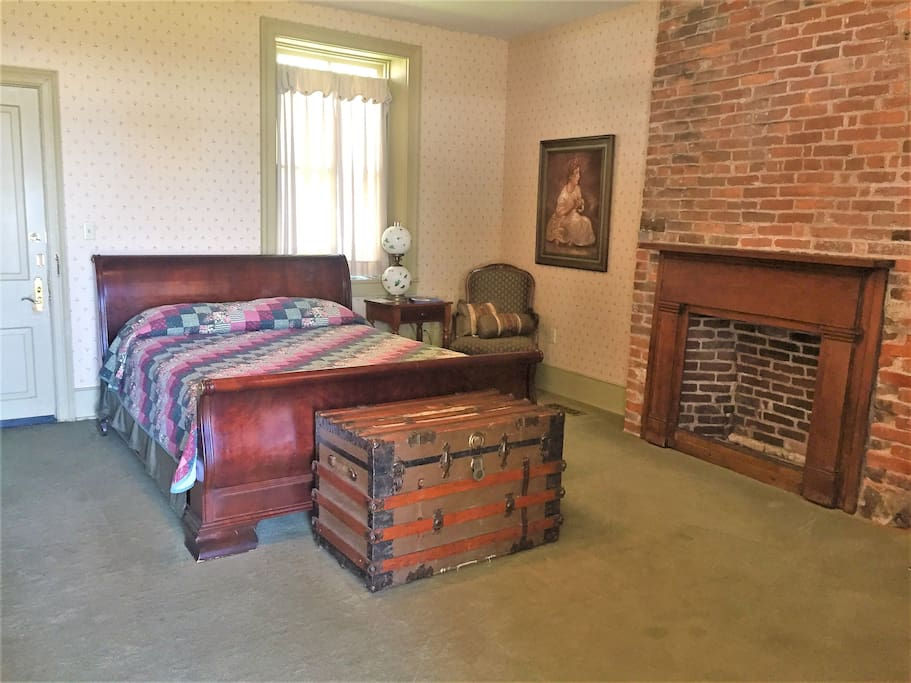Queen size bed with sitting area