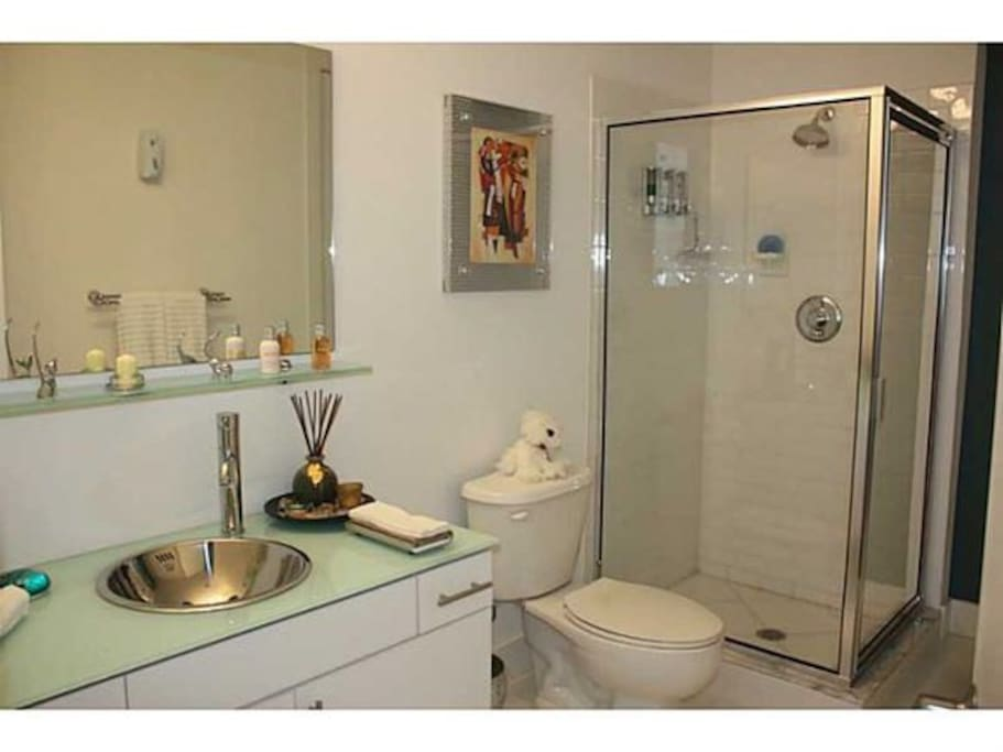 Amplio baño privado.