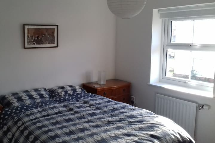 Clean & modern room close to Cambridge