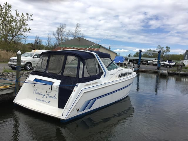 Stay aboard a  Santa Cruz 3400 - Lake George