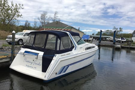 Stay aboard a  Santa Cruz 3400 - Lake George - Boot