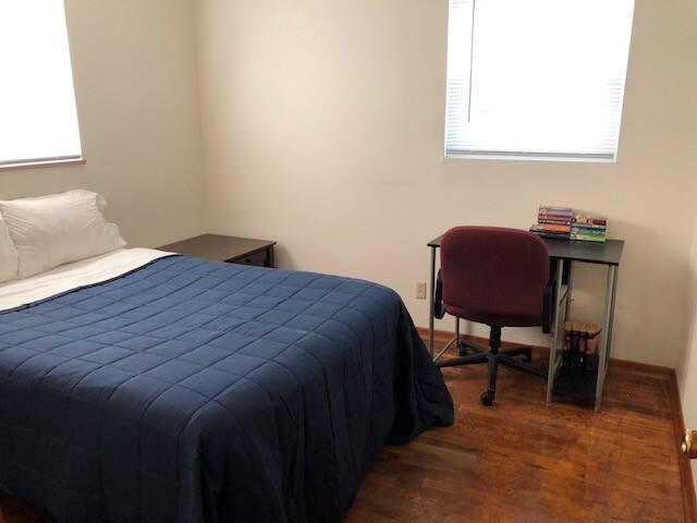Second bedroom w/desk