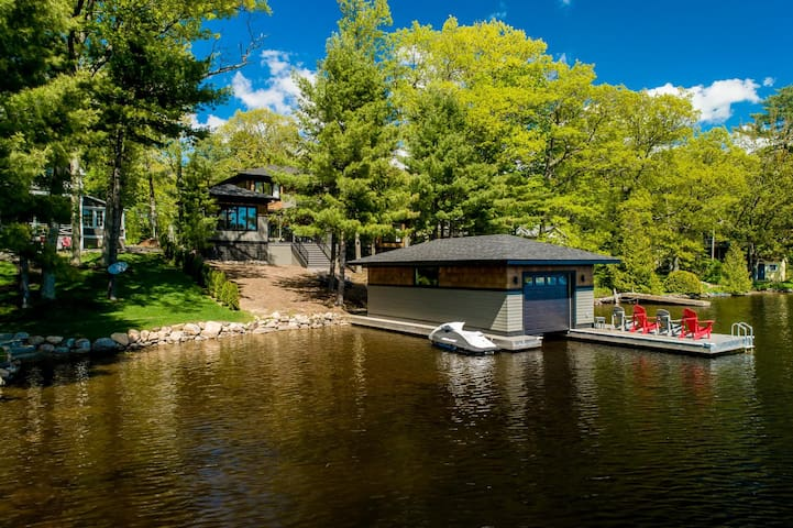 Modern Kee A Stunning modern newly built luxury cottage on the shores of Lake Muskoka!