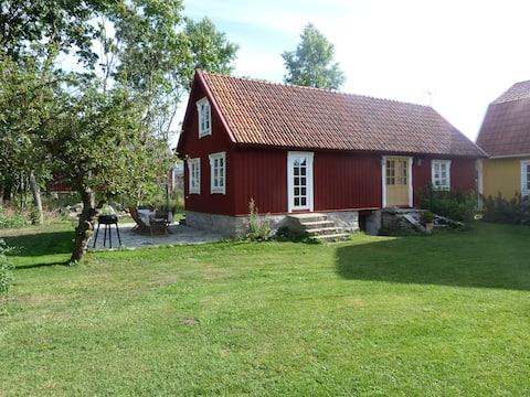 Nyrenoverat gårdshus med nära till natur och bad.