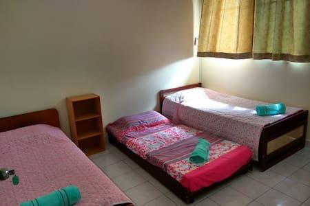 温馨光亮大臥室,單人舒适的床和地鋪墊,共用衛生間。 - Kota Kinabalu