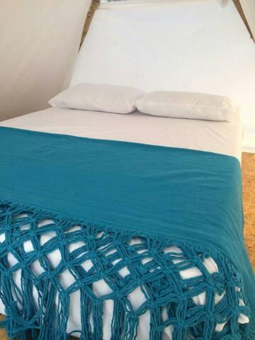 Interior cabaña con cama doble,  colchón semi-ortopedico y ventilador