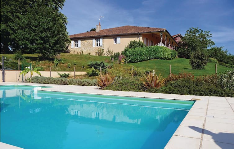 Semi-Detached with 5 bedrooms on 250 m² in Bourgougnague