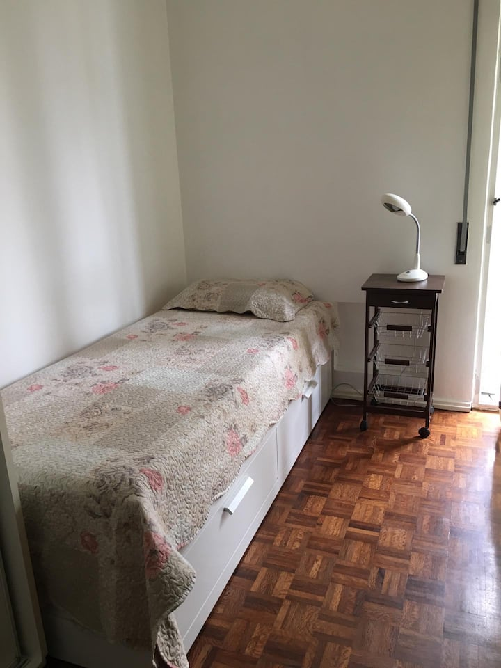Cozy room in a nice place to explore Lisbon