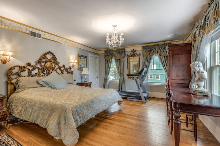 Luxury Suite w/ Priv. Entrance. Historic Residence
