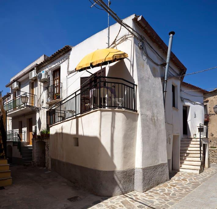 La mia casetta in via Domenico Sola. Il balcone affaccia su via Chiesa. (© StudioF64)
