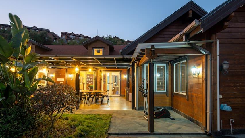 河源巴伐利亚庄园·碳烧烤·KTV·麻将泳池·7房木屋别墅21人
