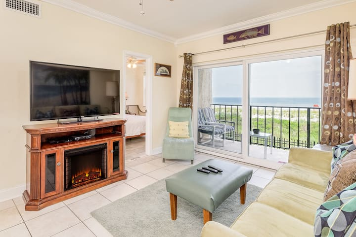 Beachfront Luxurious 2BR Condo-steps from Beach!