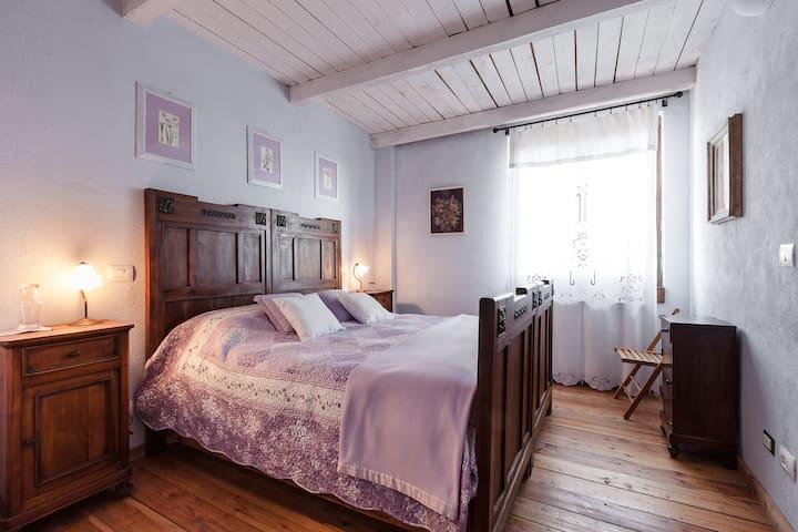 La camera glicine. Il letto doppia