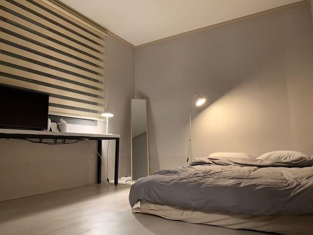 room #1 햇살이 드리우는 따스한 침실