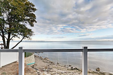 Stunning Lakefront Condo - 4 BR, 2 BA, Full Kitchen, Waterfront Deck - 10 ppl - Put-in-Bay Waterfront Condo #113