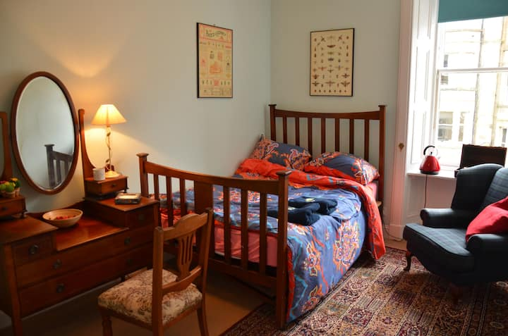 Double Room in Great Area Short Bus Ride to Centre