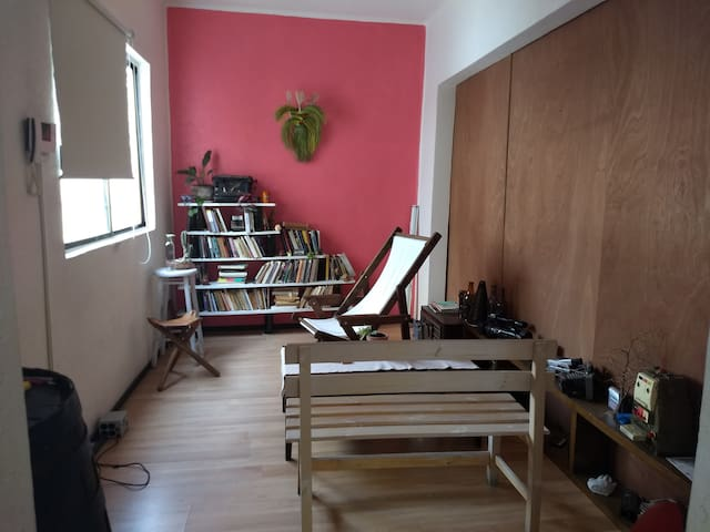 Pequeña habitación cómoda en departamento.