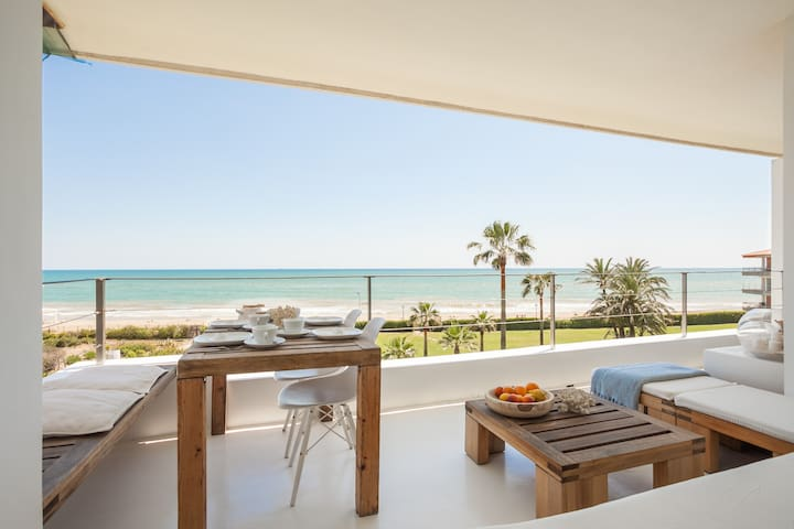 STYLISH ZEN APARTMENT RIGHT ON THE BEACH_GAVA MAR