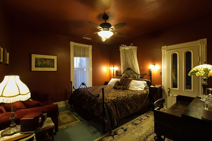 Full Service Bed & Breakfast - Olympia - Bed & Breakfast