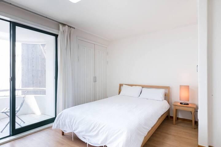 303 Convenient One Bedroom Apt in Historic Jong-ro