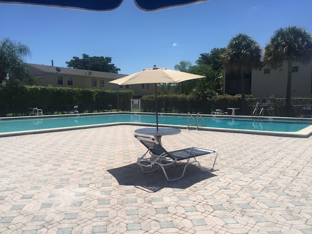Private Room with Pool and 10 mins from the BEACH