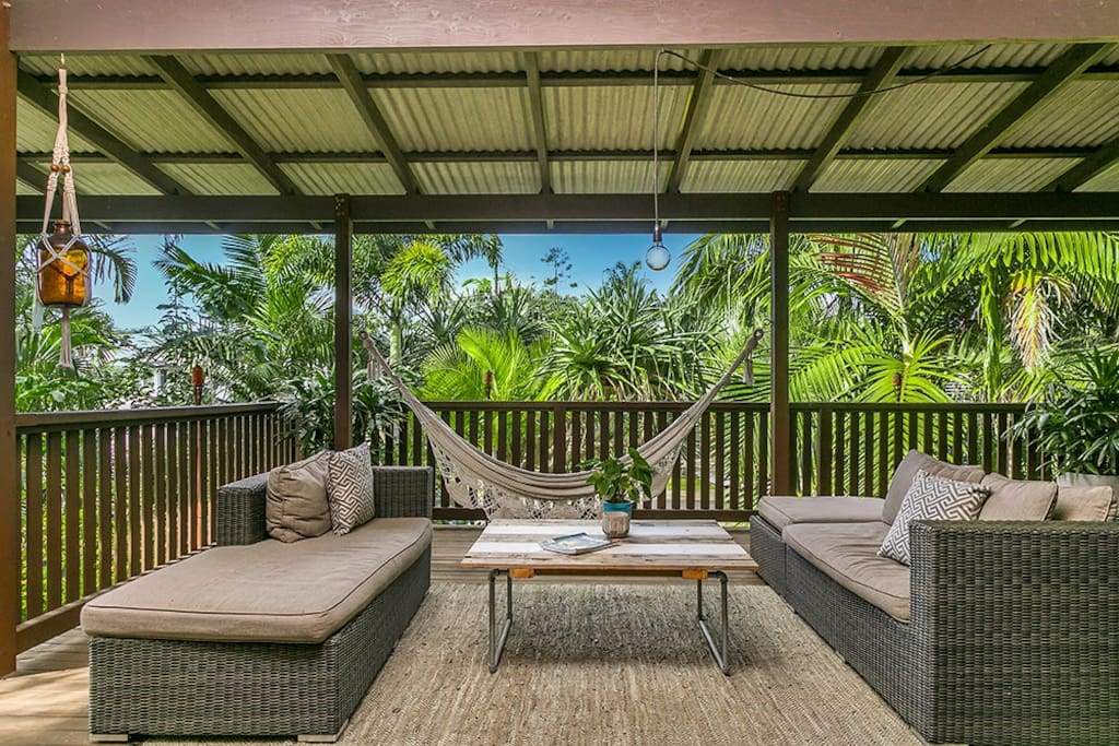Undercover beautiful deck living space - Hear the waves roll in.