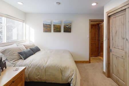 VAIL HAUS Studio: Lock-Off Room on Vail Bus Route