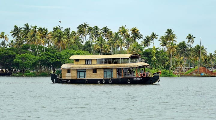 Alleppey Weekend Houseboat by Platonic Holidays